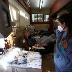El plasma sanguíneo de los supervivientes reduce un 60% los casos graves de covid, según un estudio